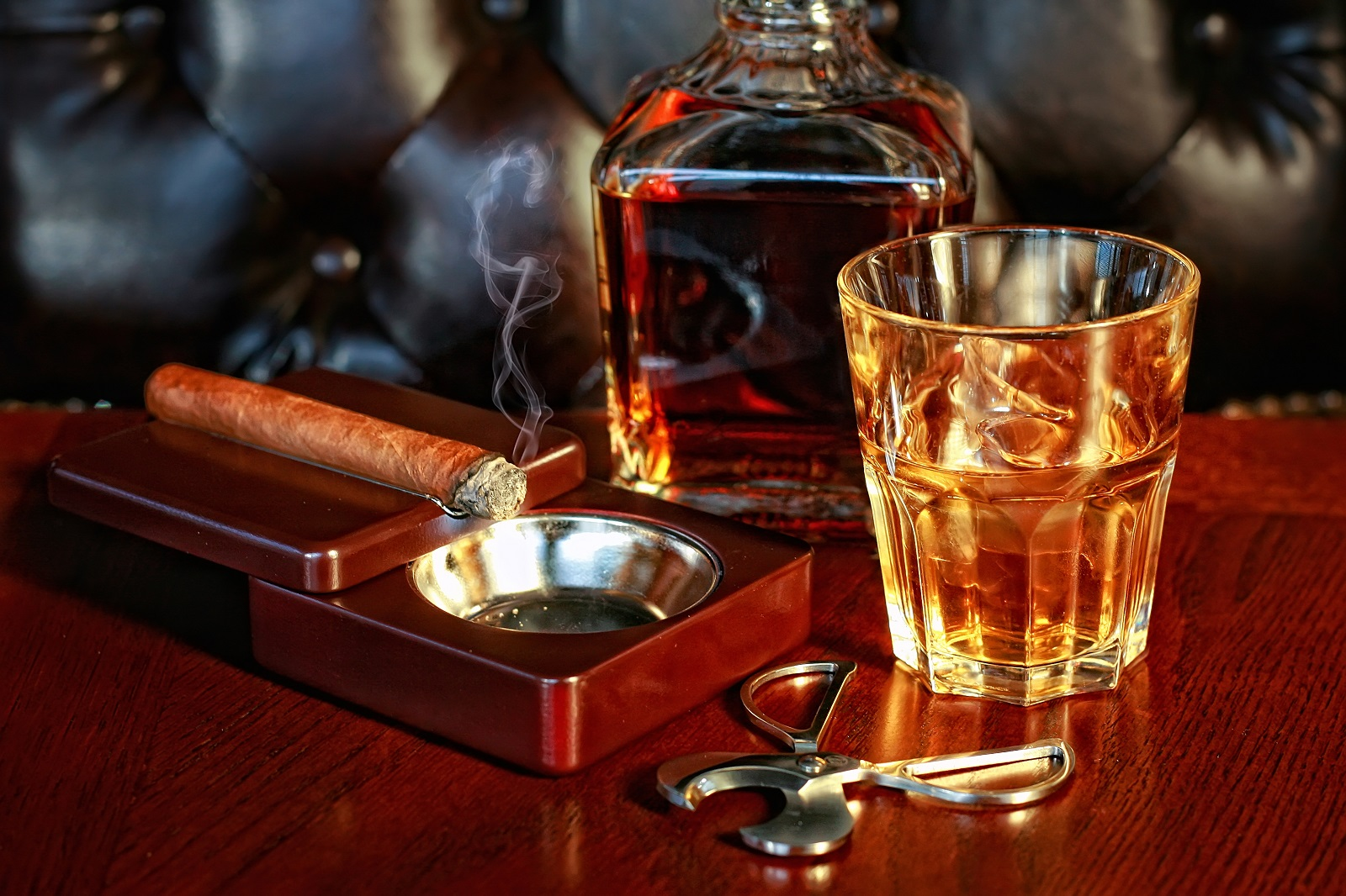 """a review of cigar whiskey and Scotch & bourbons best kentucky bourbons, best whiskey and bourbon pairing, bourbon review, cigar,  """"what is the difference between scotch and whiskey."""