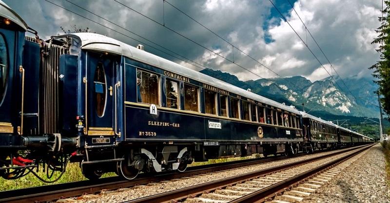 Rangkaian modern kereta The Venice Simplon Orient-Express (sumber foto: https://www.oldliquorsmagazine.com/wp-content/uploads/2017/10/the-Venice-Simplon-Orient-Express-800px.jpg)